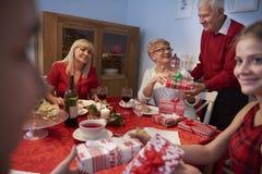 Jul tajmar med familjen Arkivbild