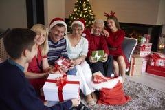 Jul tajmar med familjen royaltyfria foton