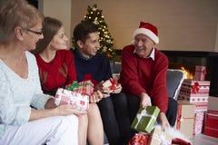 Jul tajmar med morföräldrar Arkivbilder