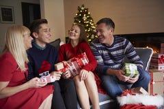Jul tajmar med ungar Arkivbild