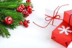Jul tema för nytt år celebratory bakgrund Gåvaaskar, gröna prydliga filialer, dekorativa röda bär Royaltyfria Foton