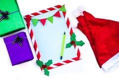 Jul utformar dekorerat papper med ramen på vit Royaltyfria Bilder