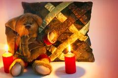 Jul uthärdar och en kudde på en ren bakgrund royaltyfria foton