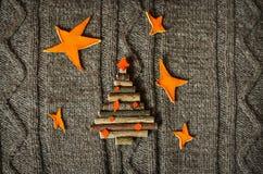 Jul värme stucken bakgrund med trädgarneringar för det nya året som göras av pinnar Tappningjulkort med handgjord jul tr Arkivbilder