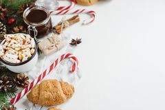 Jul varm choklad eller kakao med marshmallowen, kakor på vit bakgrund med julgarneringar Lekmanna- lägenhet royaltyfria foton