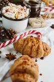 Jul varm choklad eller kakao med marshmallowen, kakor på vit bakgrund med julgarneringar Lekmanna- lägenhet royaltyfri foto
