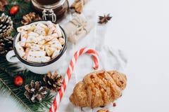 Jul varm choklad eller kakao med marshmallowen, kakor på vit bakgrund med julgarneringar Lekmanna- lägenhet arkivbilder