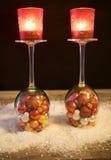 Jul, vinexponeringsglas med julbollar och te tänder i th Royaltyfri Fotografi