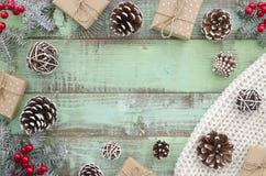 Jul vinter, nytt år, Xmas - åtlöje för bästa sikt upp rambakgrund Lantliga gröna träplankor med sörjer kottar och gåvan arkivbilder