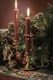 Jul visar med stearinljus och den guld- horn- prydnaden Royaltyfria Bilder