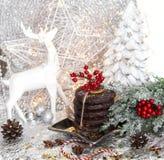 Jul vita ljust rödbrun bröd för xmas på silverstjärnaplattan, röd bergaska, rönn, vit ren, julträd och bollar, på royaltyfria bilder