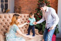 Jul x-mas, familj, folk, lyckabegrepp - lyckliga föräldrar med nätt behandla som ett barn pojken Royaltyfria Foton