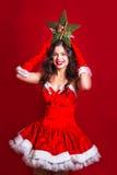 Jul x-mas, folk, lyckabegrepp - lycklig kvinna Stående av den härliga sexiga flickan som bär Santa Claus kläder med Kristus Fotografering för Bildbyråer