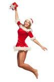Jul x-mas, vinter, begrepp - le kvinnan i santa hjälpredahatt med gåvaasken, lyckahopp för glädje som isoleras på Royaltyfri Bild
