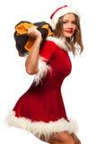Jul x-mas, vinter, lyckabegrepp - bodybuilding Stark passformkvinna som övar med SANDSÄCKEN i santa hjälpredahatt Arkivfoton