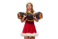 Jul x-mas, vinter, lyckabegrepp - bodybuilding Stark passformkvinna som övar med SANDSÄCKEN i santa hjälpredahatt Royaltyfria Bilder