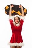 Jul x-mas, vinter, lyckabegrepp - bodybuilding Stark passformkvinna som övar med SANDSÄCKEN i santa hjälpredahatt Arkivfoto