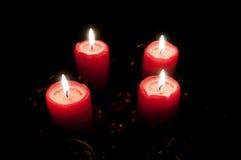 Juladventkran med burning stearinljus Arkivbild
