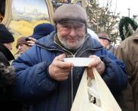 Julafton för fattigt och hemlöst på den centrala marknaden i Cracow royaltyfri bild