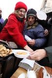 Julafton för fattigt och hemlöst på den centrala marknaden i Cracow Royaltyfria Foton