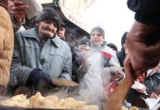 Julafton för fattigt och hemlöst på den centrala marknaden i Cracow Arkivfoton
