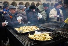 Julafton för fattigt och hemlöst på den centrala marknaden i Cracow fotografering för bildbyråer