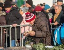 Julafton för fattigt och hemlöst på den huvudsakliga fyrkanten i Cracow royaltyfria bilder