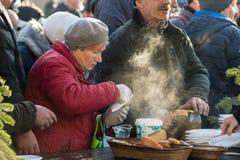 Julafton för fattigt och hemlöst på den huvudsakliga fyrkanten i Cracow arkivfoton