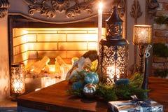 Julafton vid levande ljus klassiska lägenheter med en spis, Royaltyfria Bilder