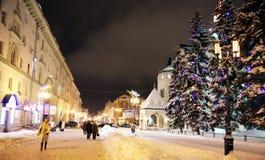 Julaftonsikt av den huvudsakliga gatan Bolshaya Porkrovskaya Russ Arkivbild