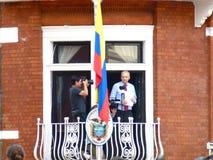 Julain Assange met zijn toespraak in handen Stock Foto's