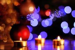 Julandeplats med traditionella guld- stearinljus och mousserande ljus i bakgrund Royaltyfri Foto