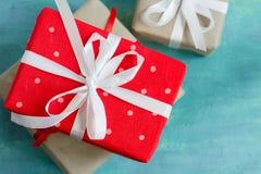 Julaskar av gåvor dekorerade festively på en turkosbakgrund Royaltyfri Bild