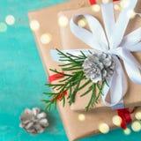 Julaskar av gåvor dekorerade festively på en turkosbakgrund Arkivfoto