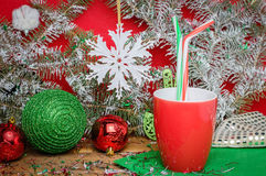 Julatmosfär, en ferie, en varm drink och garneringar arkivfoton