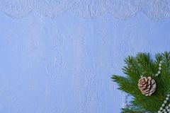 Julbakgrund av dekorativ murbruk, granfilialer, sörjer p Arkivfoto