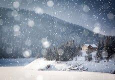 julbakgrund av det snöig vinterlandskapet fotografering för bildbyråer