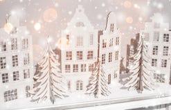 Julbakgrund av pappers- garneringar Sammansättning för Xmas och för lyckligt nytt år royaltyfri fotografi