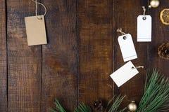Julbakgrund för bästa sikt med prislappen och garneringar arkivbild