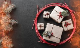 Julbakgrund för vinterferier med julgåvor och symbol för snö för granfilialgräsplan med snöeffekt arkivfoton