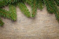 Julbakgrund från gran fattar på trätabellen Royaltyfri Bild