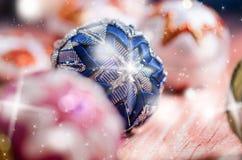 Julbakgrund, garnering Julbollar på en trätabell slapp fokus Mousserar och bubblar abstrakt bakgrund Vintag Royaltyfria Bilder
