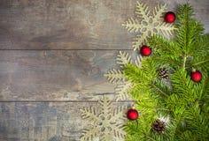 Julbakgrund, garnering på ett lantligt träbräde Arkivfoton