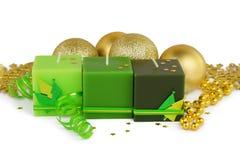 Julbakgrund - gräsplanstearinljus och boubles Royaltyfri Foto