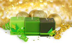 Julbakgrund - gräsplanstearinljus och boubles Royaltyfria Bilder