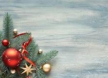 Julbakgrund: hörn som dekoreras med granris och Kristus arkivfoton