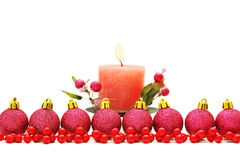 Julbakgrund med bollar och stearinljus Royaltyfri Foto