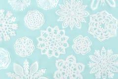 Julbakgrund med dekorativa pappers- snöflingor Fotografering för Bildbyråer