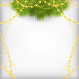 Julbakgrund med dekorerad guld för gran filialen pryder med pärlor garlan Royaltyfri Foto