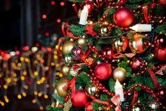 Julbakgrund med den blinkande girlanden på trädet Arkivfoton